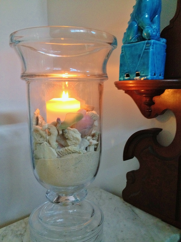 Seashells around candle (600x800)