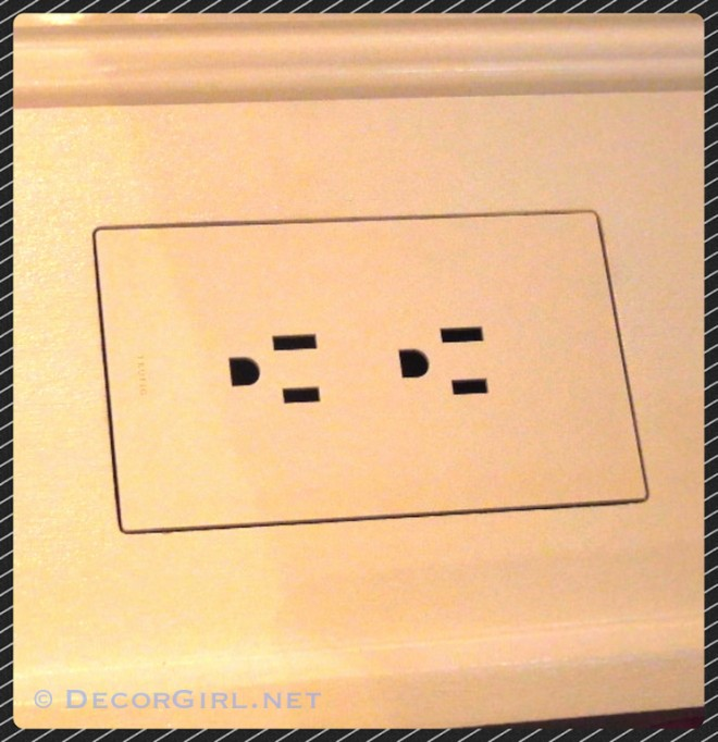 Flush mounted outlet cover